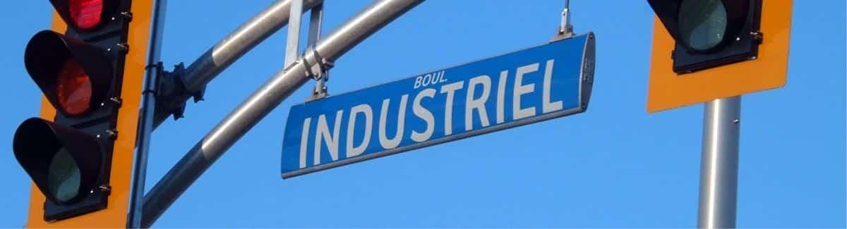 Panneau de nom de rue aérodynamique Aérovision sur un boulevard - Panneau de noms de rue odonymique - Trafic Innovation